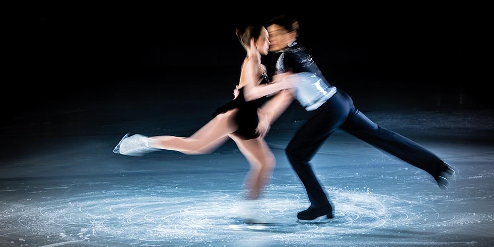 Eiskunstläufer, welche isch im kreis drehen