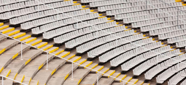 Leere Sitzreihe in einem Stadion