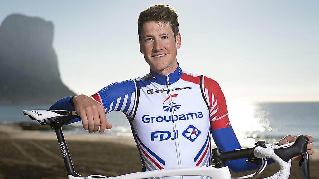 Portrait von Stefan Küng mit Fahrrad